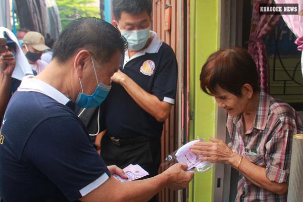 เสรีพิศุทธ์ ช่วยเหลือประชาชน ลงพื้นที่แจกเงิน 4.5 แสนให้ชุมชนวัดโพธิ์แก้ว